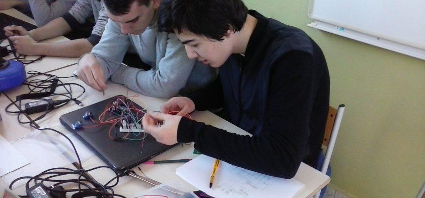 De leerlingen werken aan de elektronica van het stiltebotje