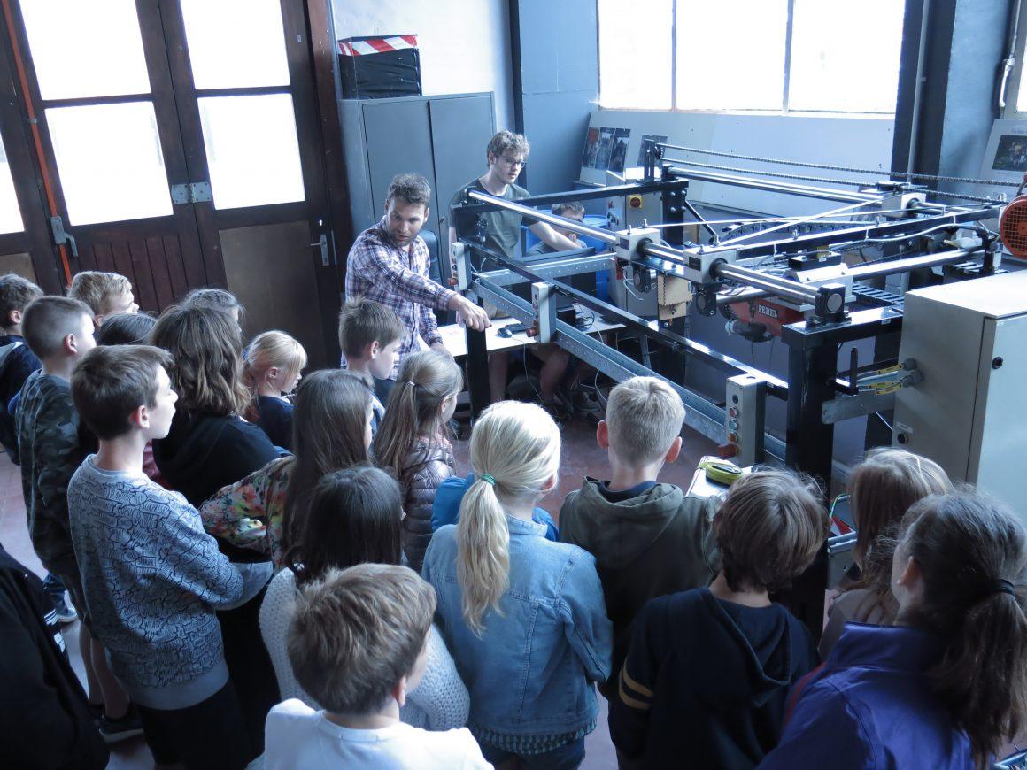 Een bezoek van de lagere school op de technische school.