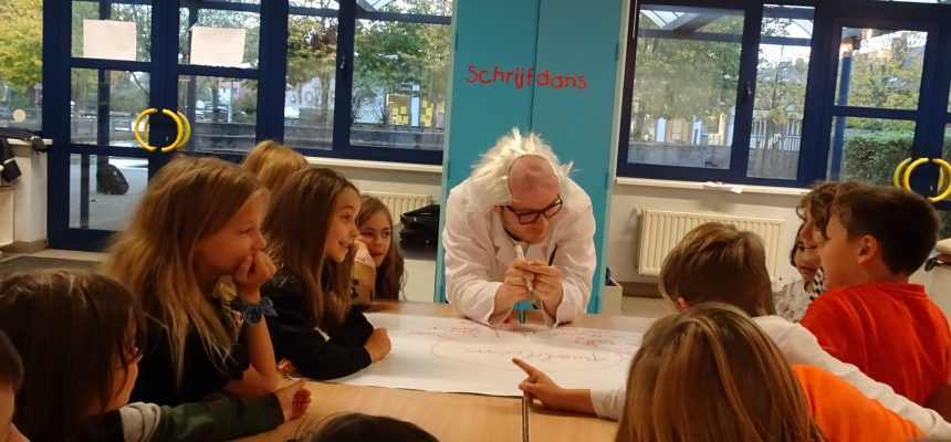 Creativiteitssessie in lager onderwijs door hogeschoolstudenten