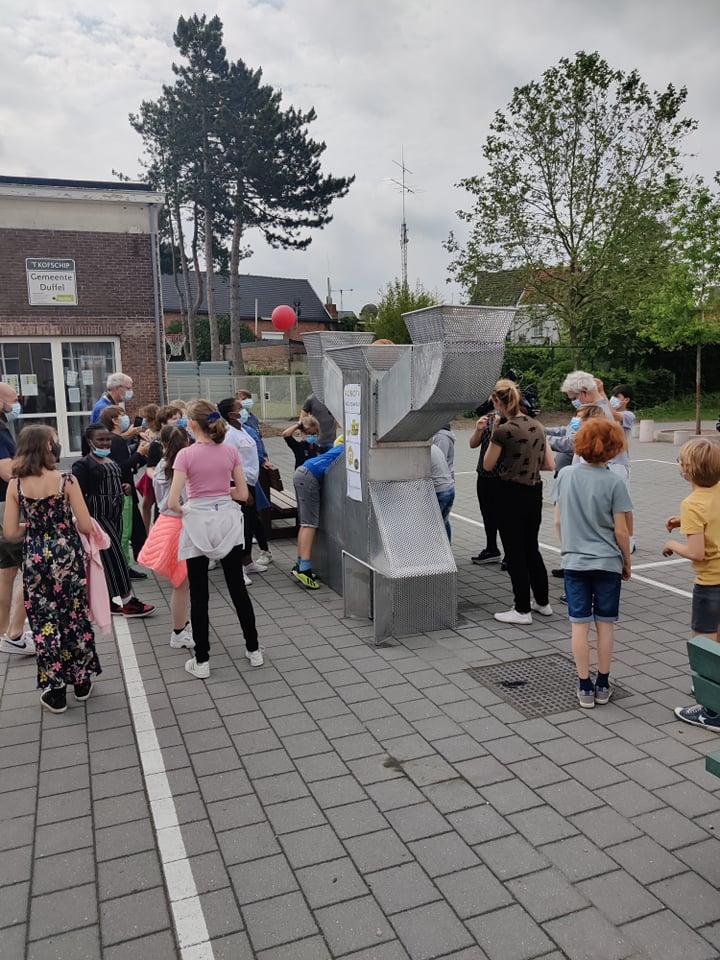 De leerlingen in actie met de Robota Klussanias!