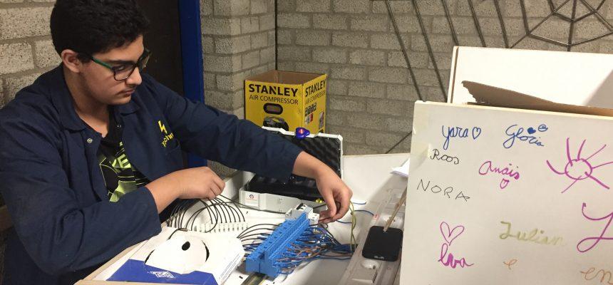 Leerlingen werken aan de bouw van het prototype