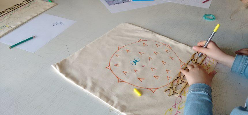 Kinderen van de lagere school bouwen mee aan de kussens in het technisch onderwijs
